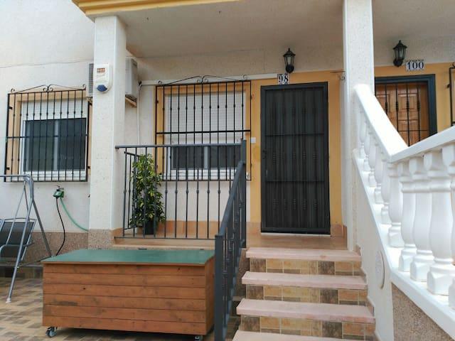Apartamento con terraza y piscina  ideal niños.