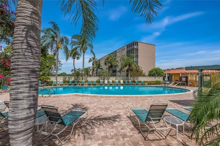 Modern Tropical Retreat