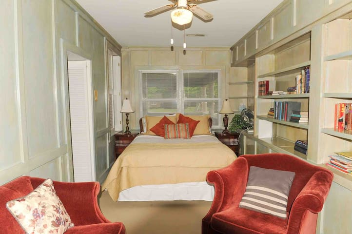 Library Suite with Queen Size Bed and Sitting Area