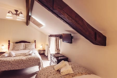Single bed and double bed - family room with adjoining en suite bathroom