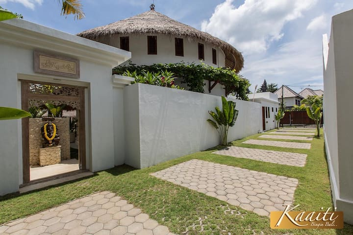 Villa Kaaiti's main entrance and its shared and secure private driveway with Villa Annuello - Tranquil Retreats Bali.