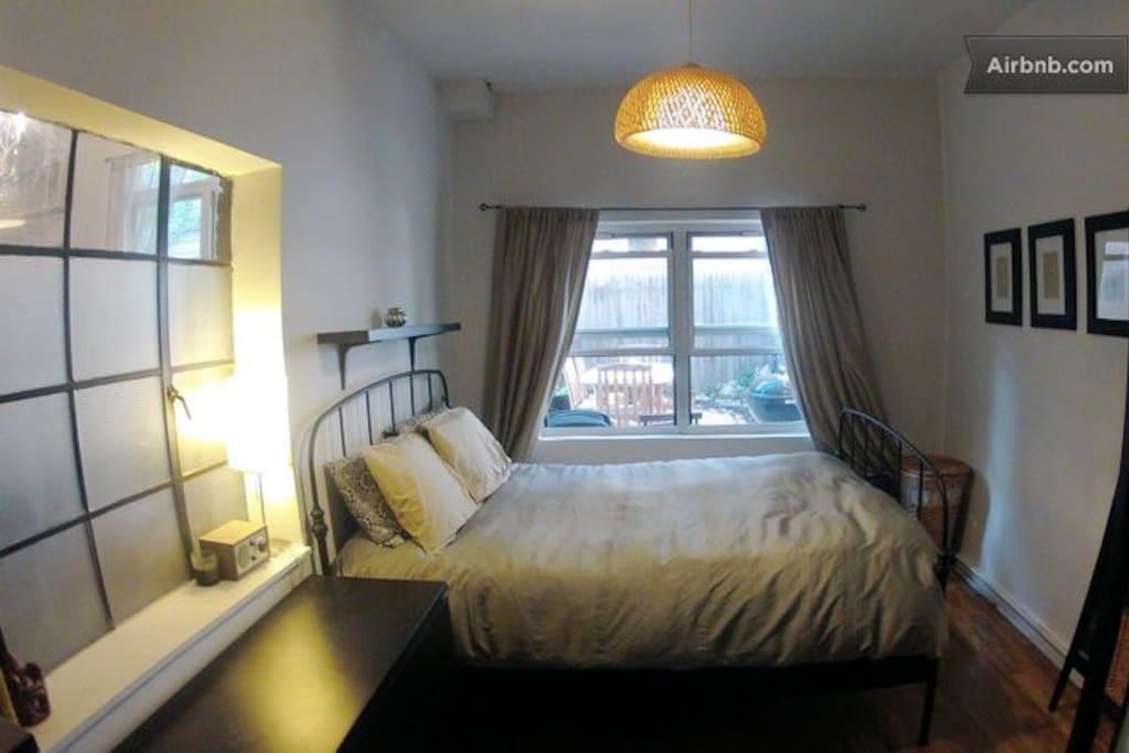 bedroom with queen-size bed