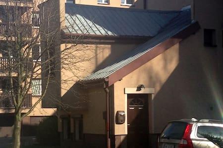 Mały dom z miejscem parkingowym - Varsova - Bungalow