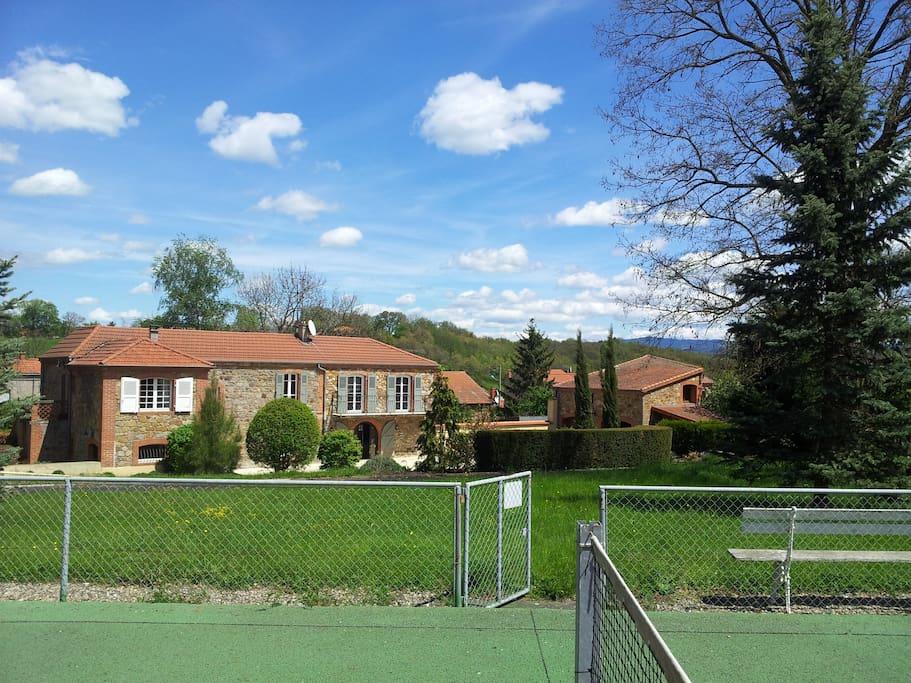 Vue de la maison depuis le terrain de tennis