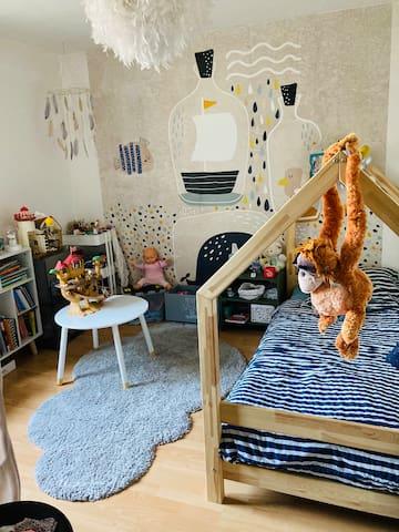 Chambre 2, lit enfant, tout reste à disposition.