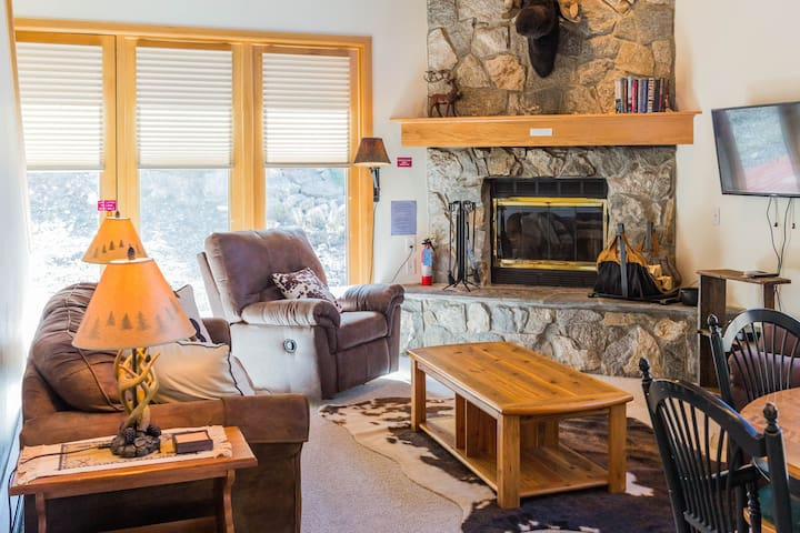 Steps from Bear Back lift, ski-in/ski-out townhome w/shared tennis & golf