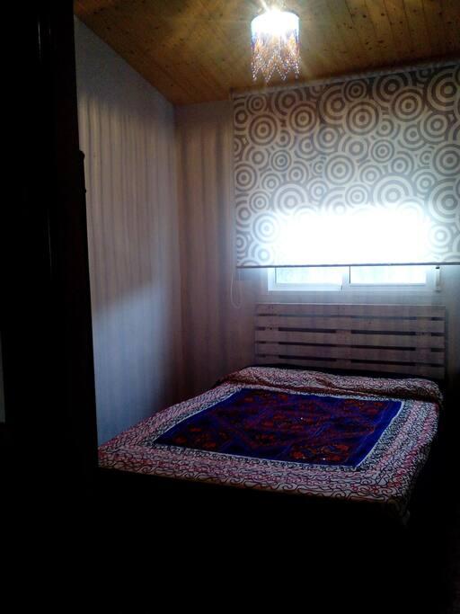 Dormitorio de matrimonio, con luz muy agradable, ventana y armario propio