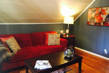 Cozy attic apartment, 5 min to Downtown Columbia - Lejlighed