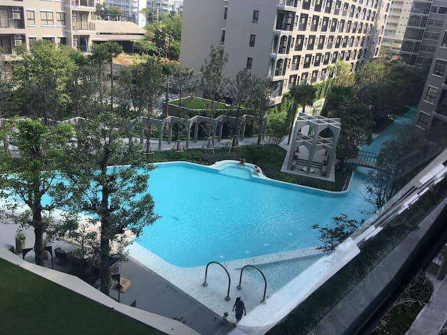 Central Hua Hin apartment with fantastic pool