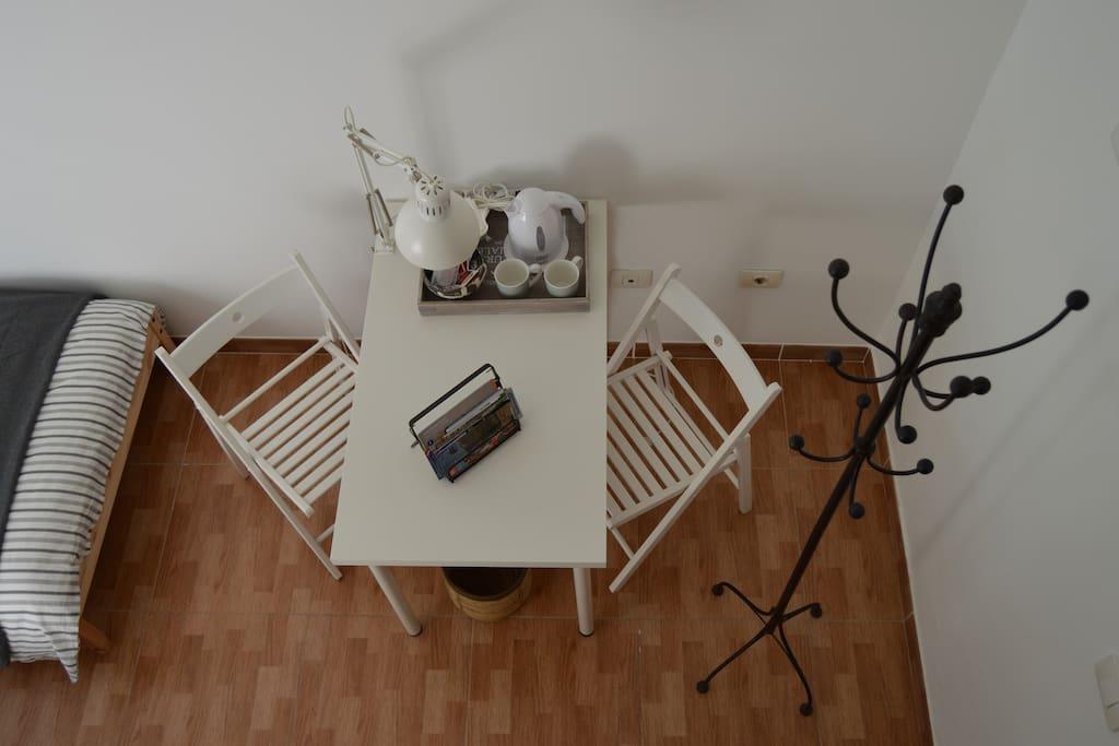 Mesa auxiliar con boiler.