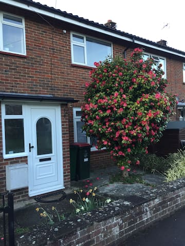 Double bedroom just 10 minutes from Gatwick - Crawley - House