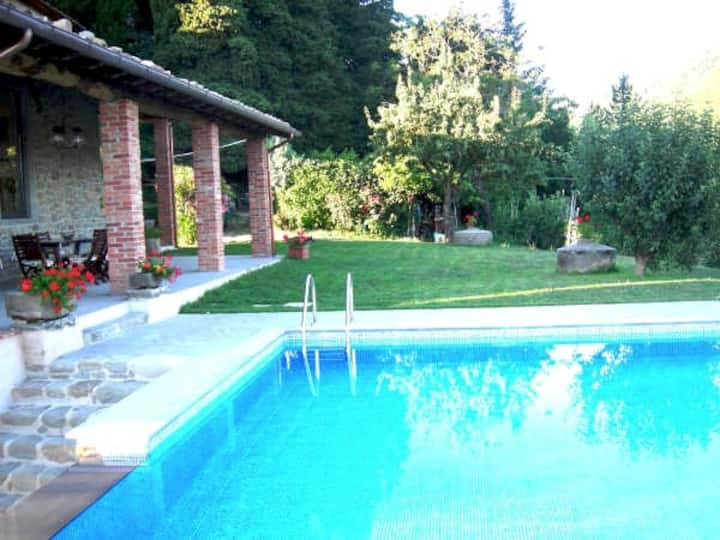 Villa, private pool in natural park, walk to town