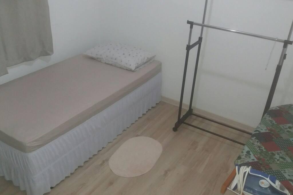 Espaço do quarto para 1 hóspede.