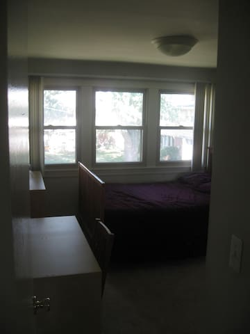 Bright and Comfortable Birmingham Room Available