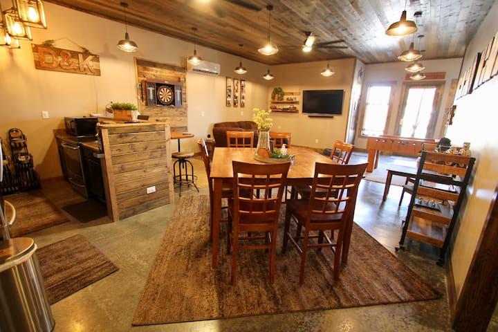 Rustic two-bedroom guesthouse in Leavenworth, KS