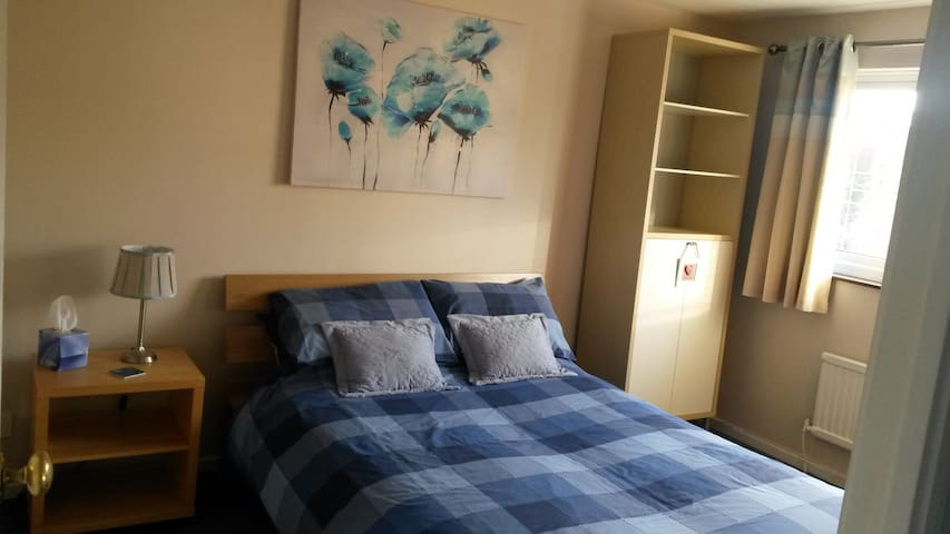 Double room with lovely bathroom - Thorpe Hesley