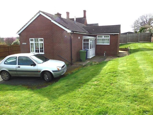 3 Bed Bungalow, Pet Friendly, Short/long term stay