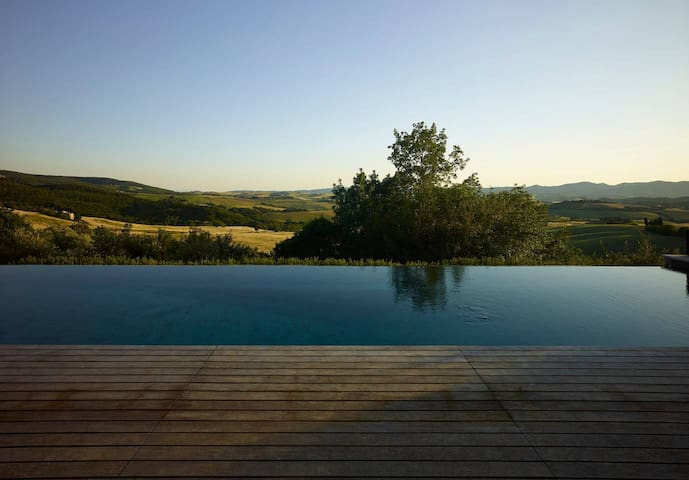 Luxury guest house, infinity pool, rolling hills