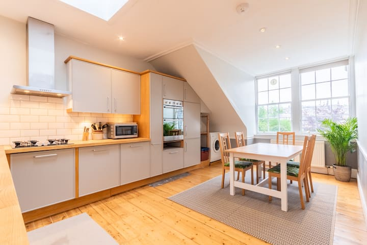 Spacious New Town flat with castle view
