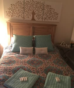 Large bedroom with private bathroom-Pet Friendly! - Lane Cove North - Casa