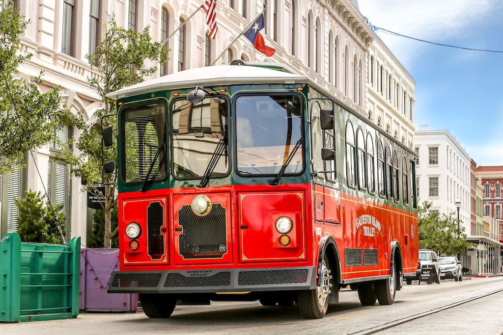 Condo is on trolly line - ride for $1 down the Seawall to Moody Gardens, Pleasure Pier, Historic District and Downtown/The Strand