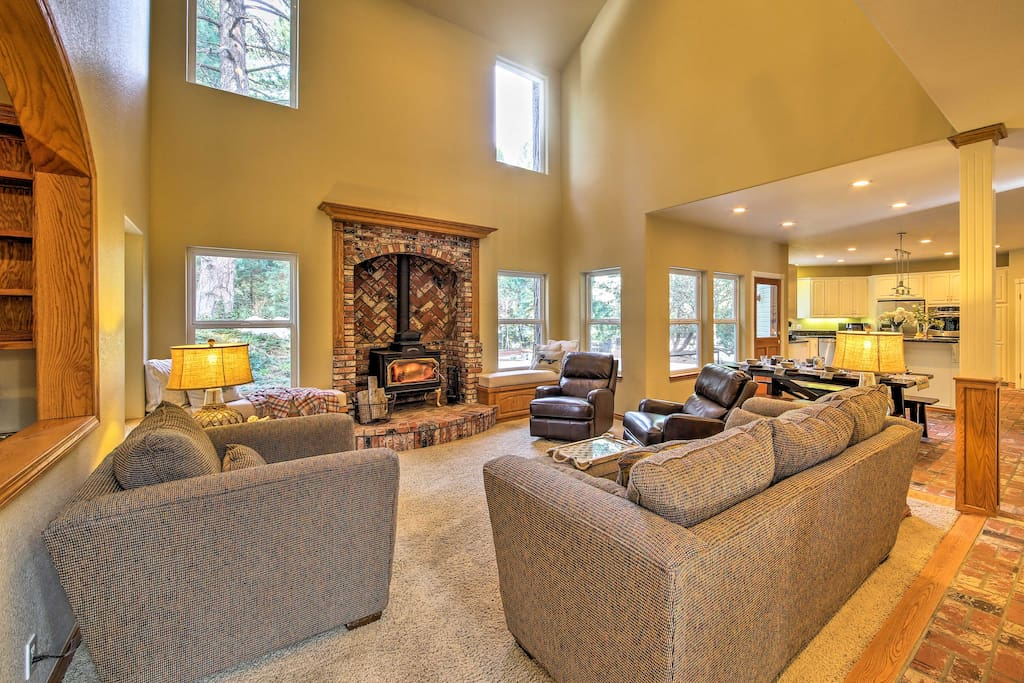 This large home is perfect for hosting Lake Arrowhead retreats with friends.