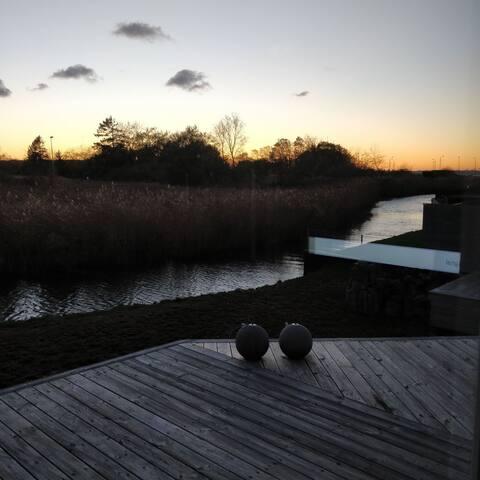 Sommerhus direkte til å og 170 m til vandet.