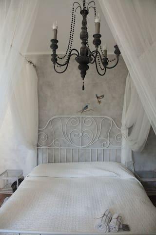 Il letto matrimoniale della camera Capinera