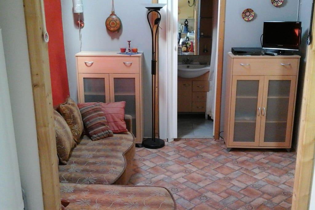 Woon/slaapkamer met zetel