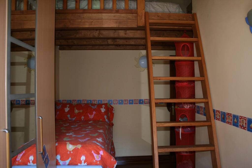 habitación con altillo