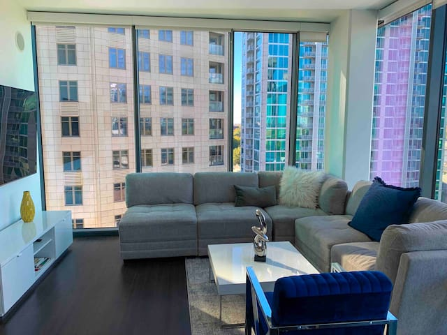Luxury high rise w/ panoramic views. Best location