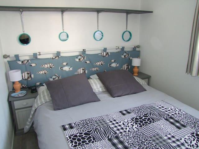 *Une SEULE chambre Literie de qualité supérieure. Grand lit 160 x200,  pour dormir à deux,      MAIS POSSIBILITÉ DE SÉPARER LE LIT EN 2  VOIR PHOTO SUIVANTE - Pas la place de mettre un lit pour bébé ici, pourra être déplié dans le séjour.