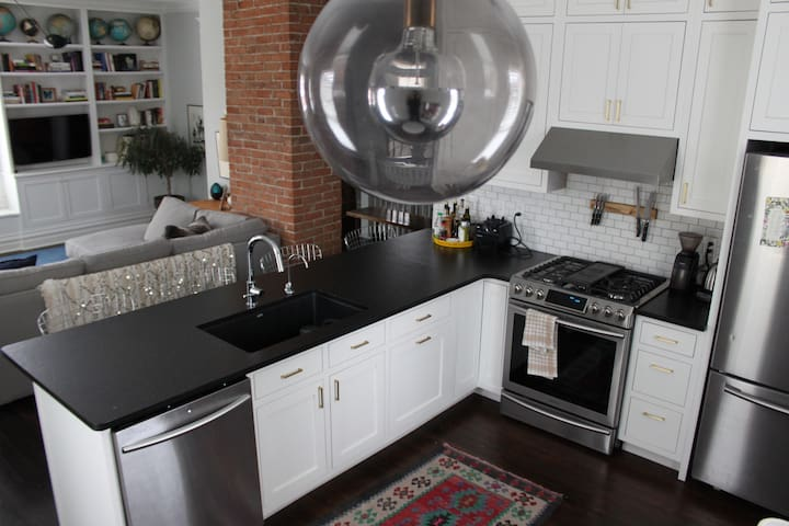 Cherry On Top! Roomy, Renovated, Open-Concept +3bd - Evansville - Appartement