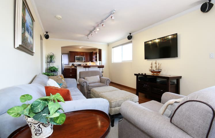 2 Bedroom Apt: Bay Views and Comfortable Charm