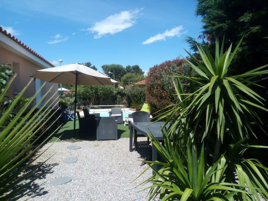 Charmante villa priv e avec piscine villas louer for Jardin 400m2 piscine