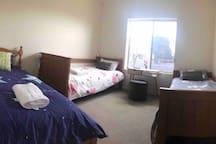 room with 3 single beds,walk to beach +WiFi 民宿5