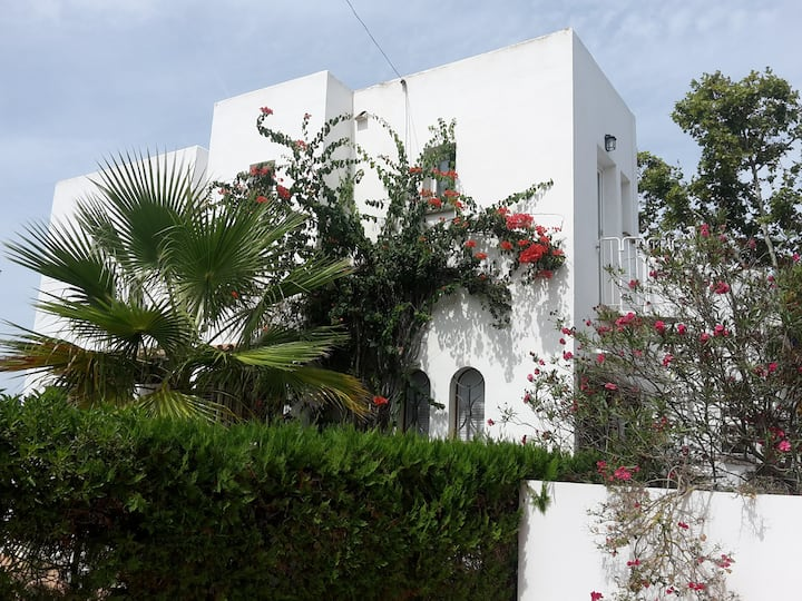 House,5 rooms, pool,terrace. Bars & beach on foot
