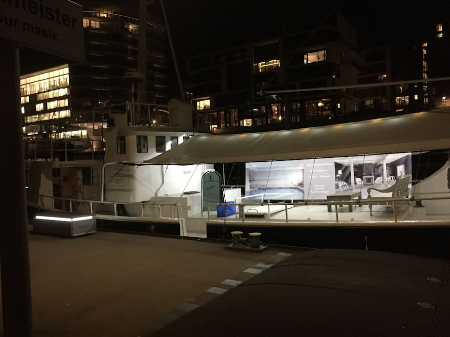 Das Schiff (bei Nacht)