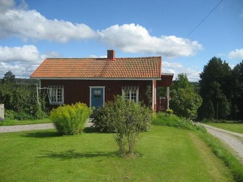 B&B i Lillstuga på bondgård nära skog och sjö.
