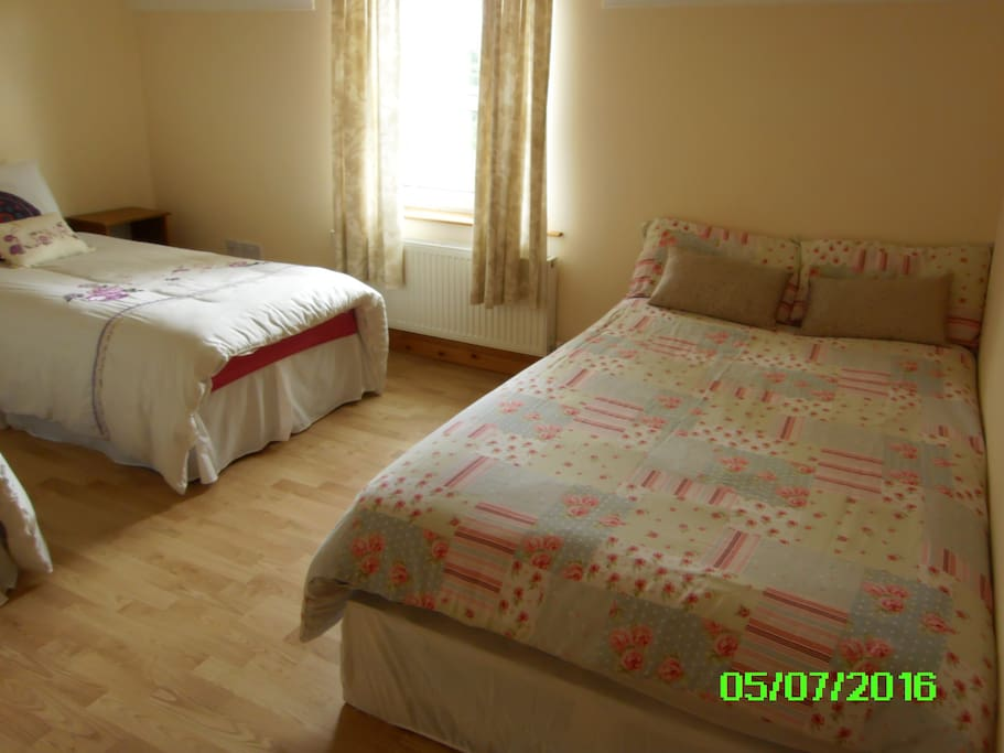 Ideal for 4 people. Large bright room.