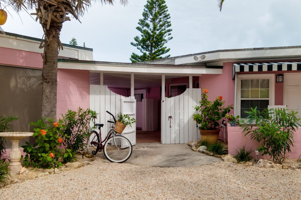 1949 Vintage style beach cottage private entry.