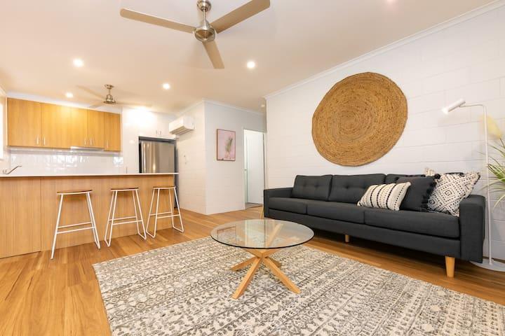 Stylish 2 bedroom unit in duplex w large backyard