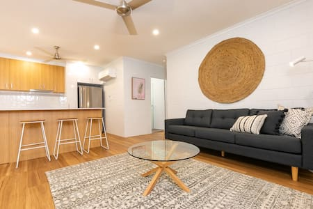 Stylish 2 bedroom unit in duplex w large backyard