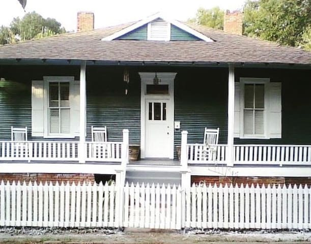 Bungalow in Natchez, with white picket fences, next to the Sawyer House, a peri-bellum, a block away from Stanton Hall , 1/4 mile from the bluffs overlooking the Mississippi. The front porch has traditional sky blue ceilings and slate gray floors.