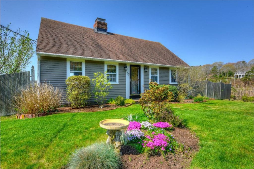 Sunkissed Cottage is located at the end of a private cul-de-sac on Follins Pond, but only minutes to delicious restaurants, quaint shops, cinema and summer theater as well as gorgeous Cape Cod beaches.