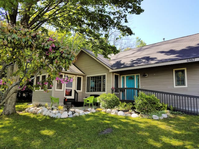 Bear haven cottage at glen lake narrows vacation homes for Glen haven co cabin rentals
