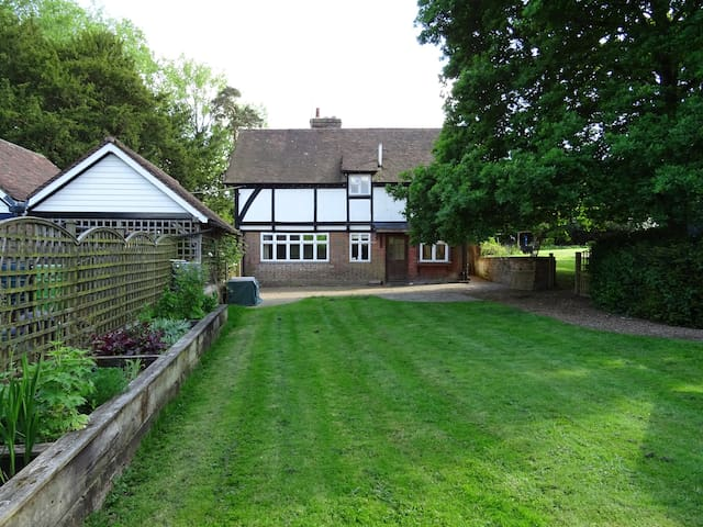 Lovely 2 Bed Lodge, private garden & use of pool
