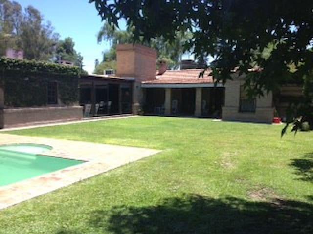 Lindisima casa, piscina, quincho a 30 min centro - Córdoba - Hus