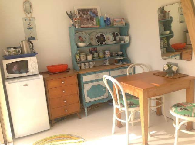 Studio w kitchenette & outdoor BBQ area
