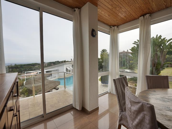 Spectacular house with pool and views of the bay of Sant Pol